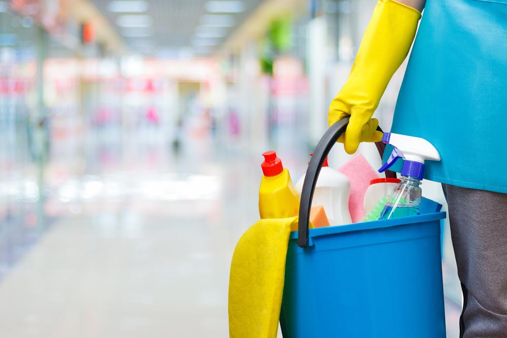 عامل نظافة منازل بالرياض
